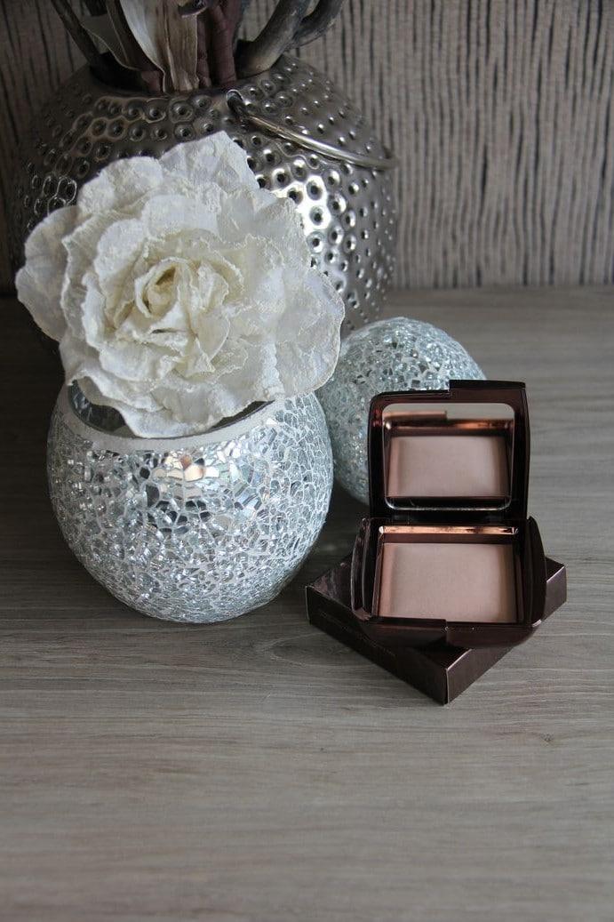 hourglass-ambient-lighting-powder-in-luminous-light-2